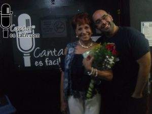 Floria Márquez da charla de desarrollo artístico en las instalaciones de la academia cantar es fácil
